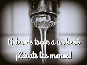 coger-bebe-lavarse-manos
