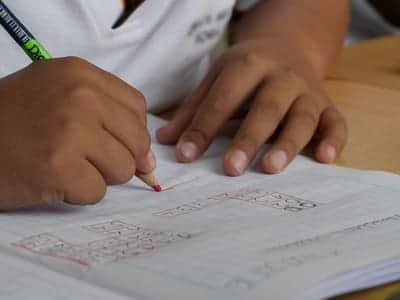niño escribiendo educación primaria lectoescritura