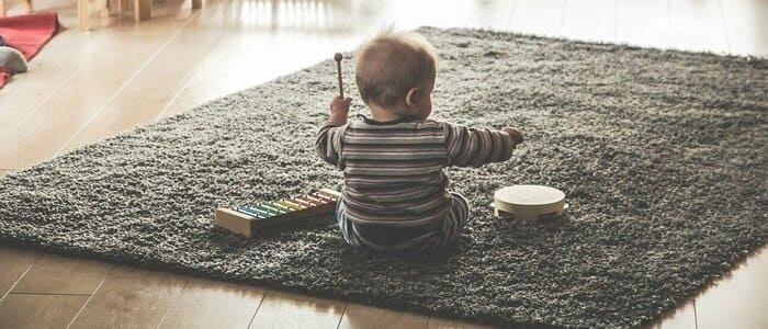 tocar piano infantil