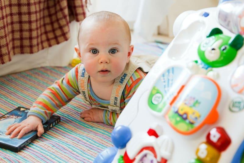bebe de un año jugando regalos y juguetes para bebes de 1 año