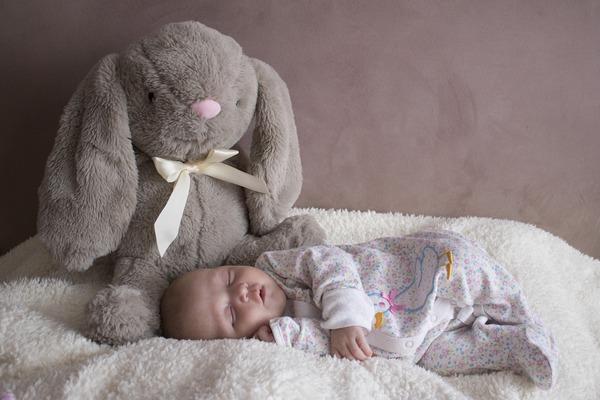 bebe recién nacido y peluche
