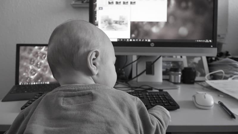 niño usando internet tablet