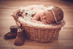 recien nacido durmiendo en cesto