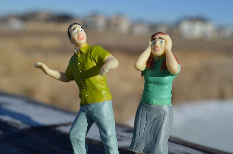hombre y mujer asustados miedos y preocupaciones de la paternidad