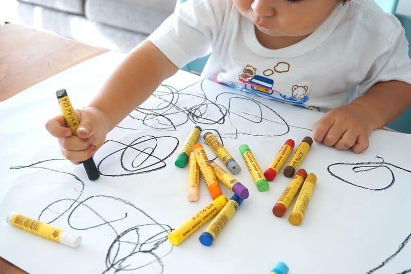 niño coloreando y dibujando