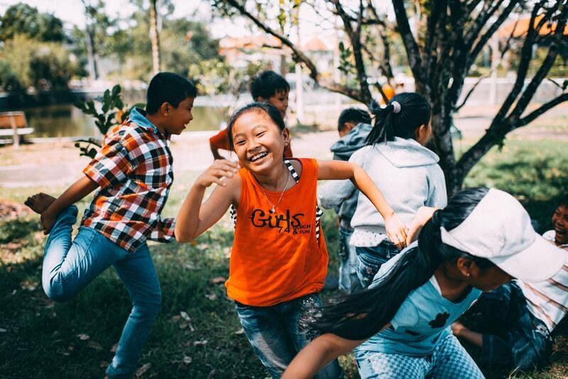 niños diversion en campamento verano