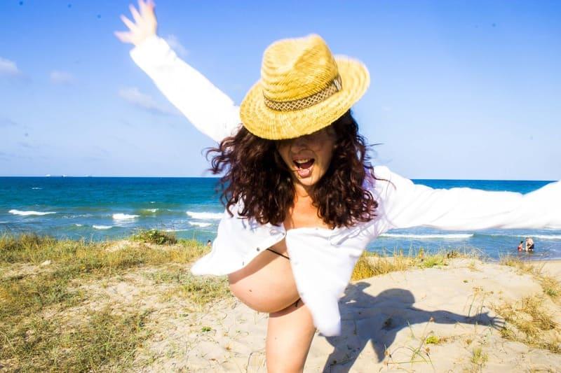 embarazada feliz en la playa