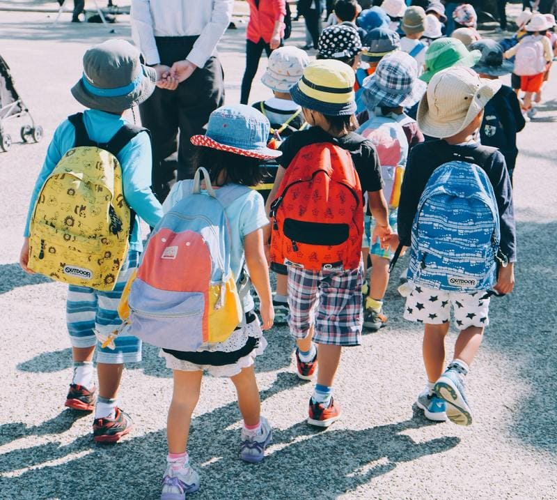 niños con mochila