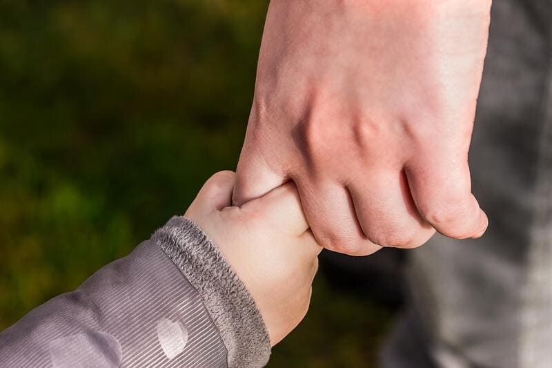 papa y bebe cogidos de la mano