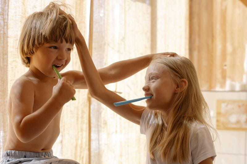 niños lavandose los dientes