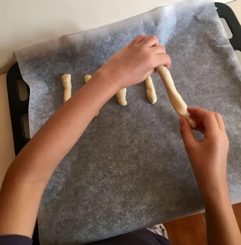 dar forma a los dedos de bruja