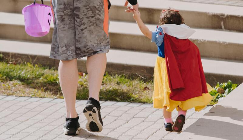 niña disfrazada para con su madre