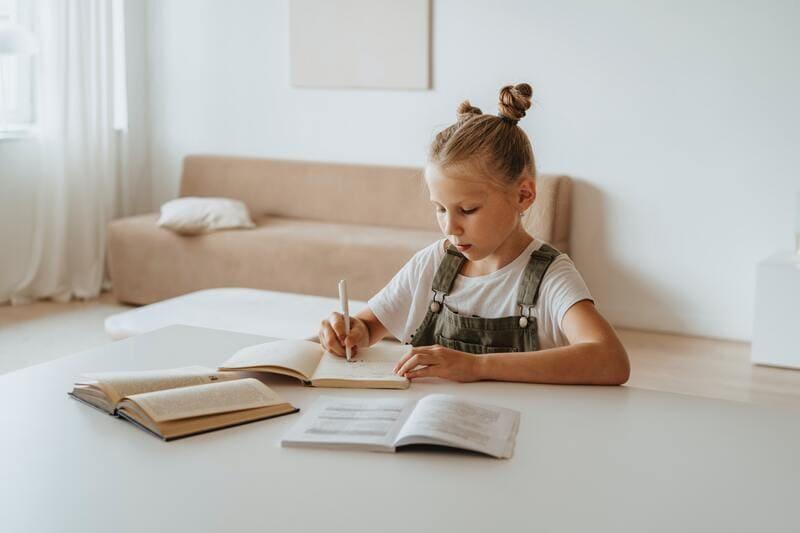 niña haciendo los deberes del colegio