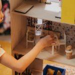 Los beneficios de jugar con casas de muñecas